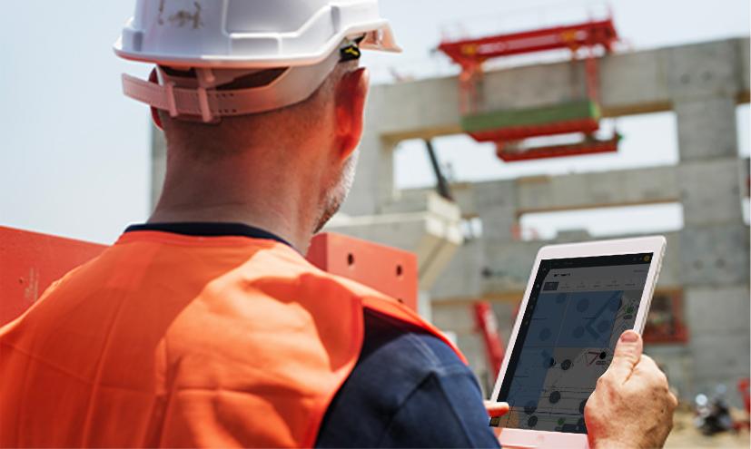 Homme sur chantier avec tablette pour suivi d'opérations avec wizzcad v4