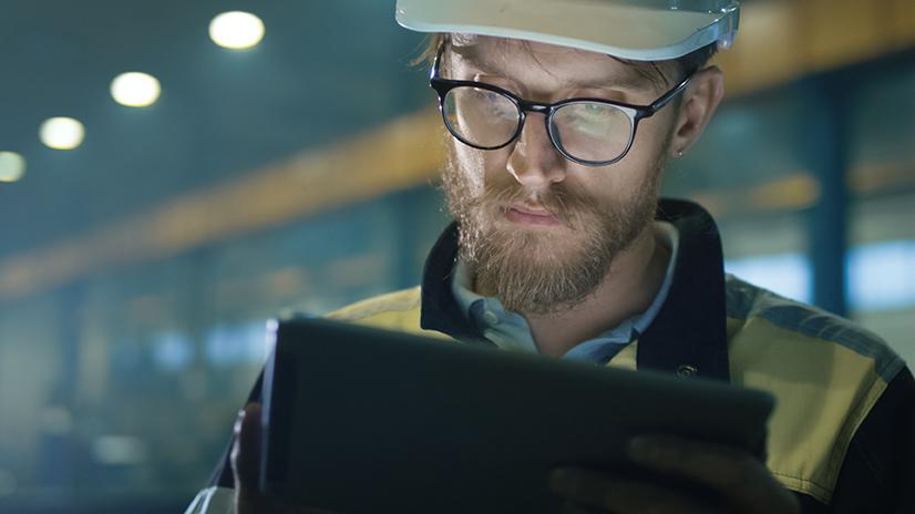 Homme utilisant une tablette pour les services wizzcad sur chantier