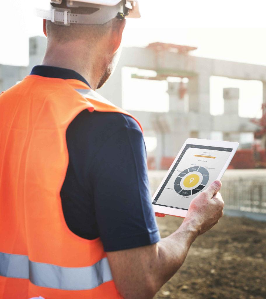 Homme sur chantier avec tablette pour suivi d'opérations avec wizzcad v4 en mobilité